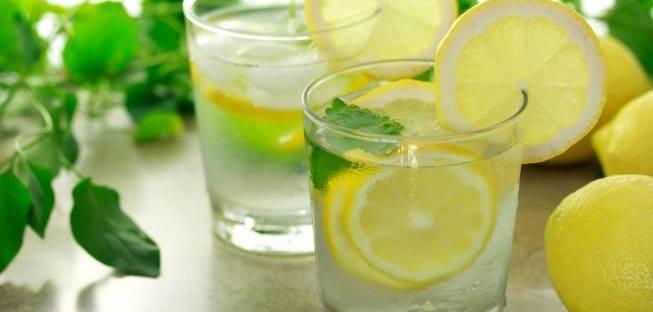 Неколку причини секое утро да пиете вода со лимон