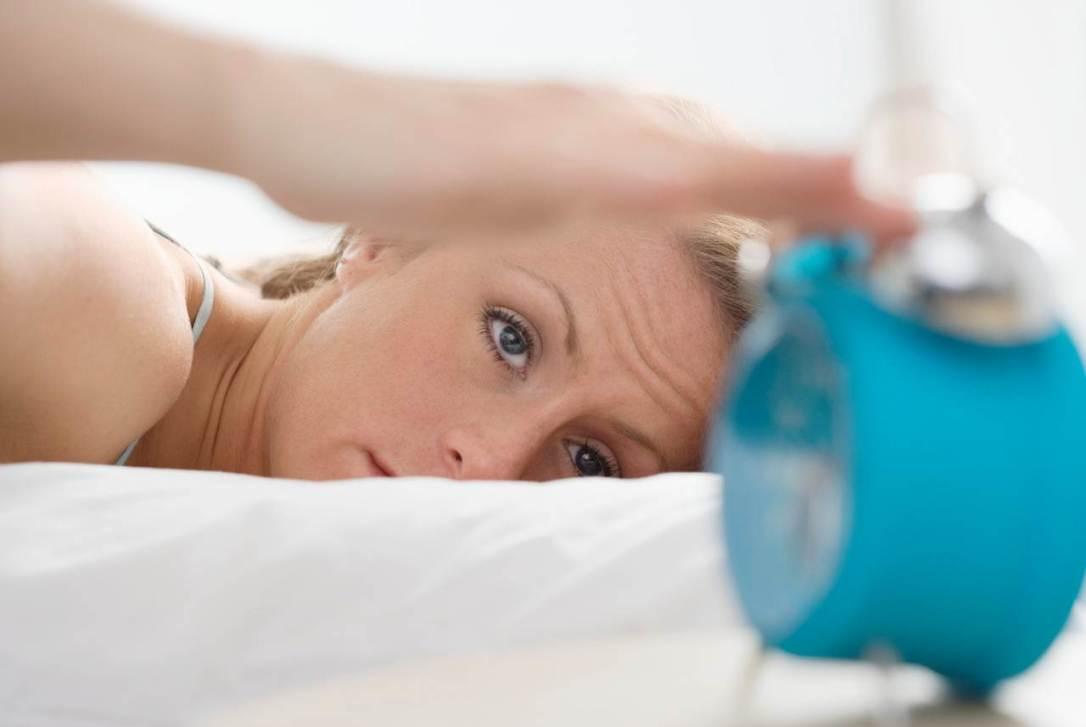 Имате проблеми со будењето? Можеби сте пијани од спиење!