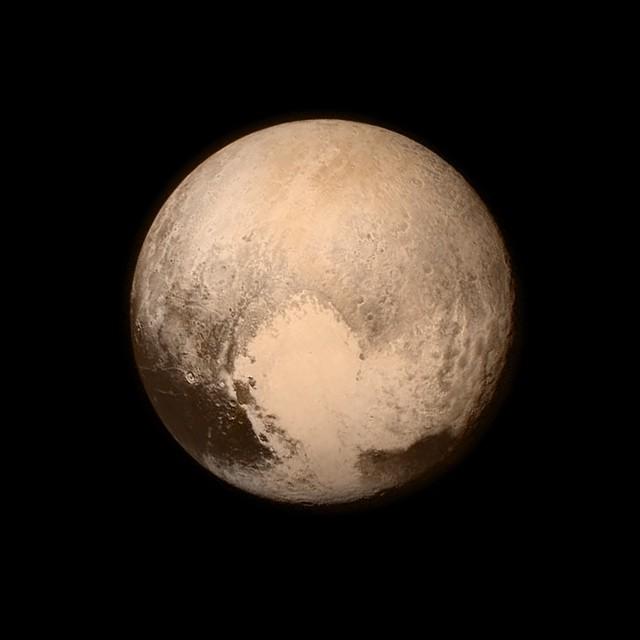(1) Интернет сцената му посака добредојде на Плутон со неколку Фотошоп ремек-дела