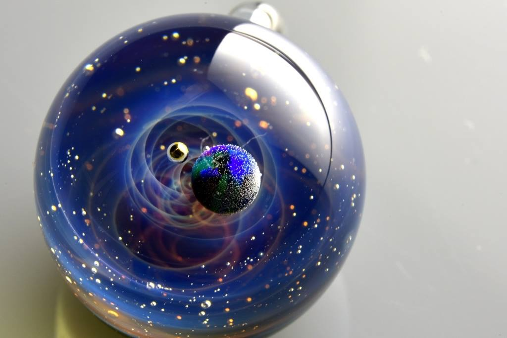Вселенски пејсажи заробени во стаклени сфери