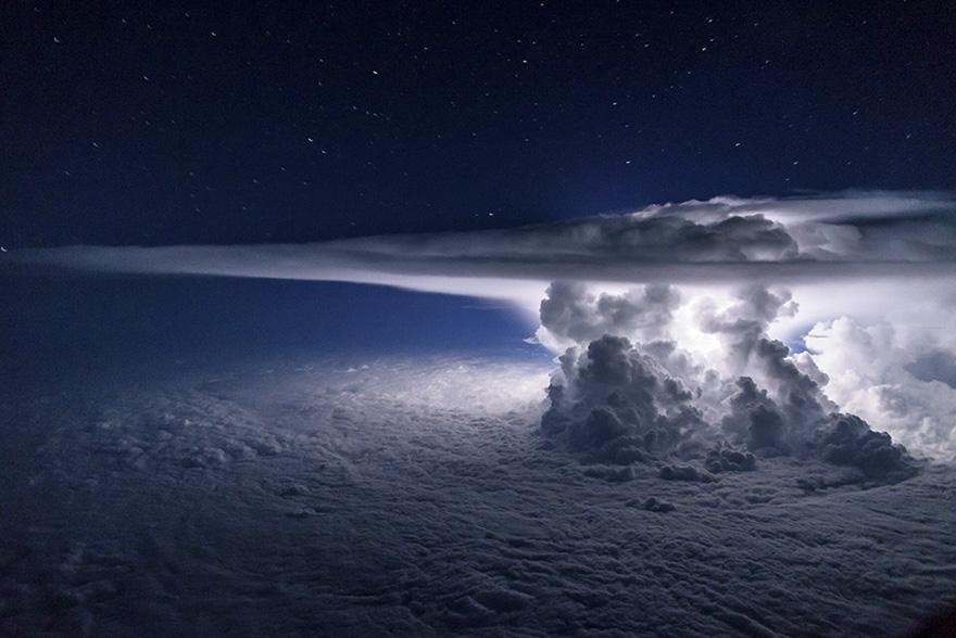 (1) Пилот се искачува над бура, за да направи совршена фотографија од невремето