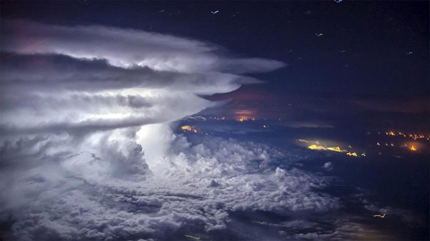 (2) Пилот се искачува над бура, за да направи совршена фотографија од невремето